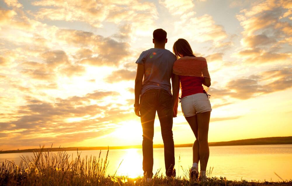 молода пара після сексу любується заходом сонця