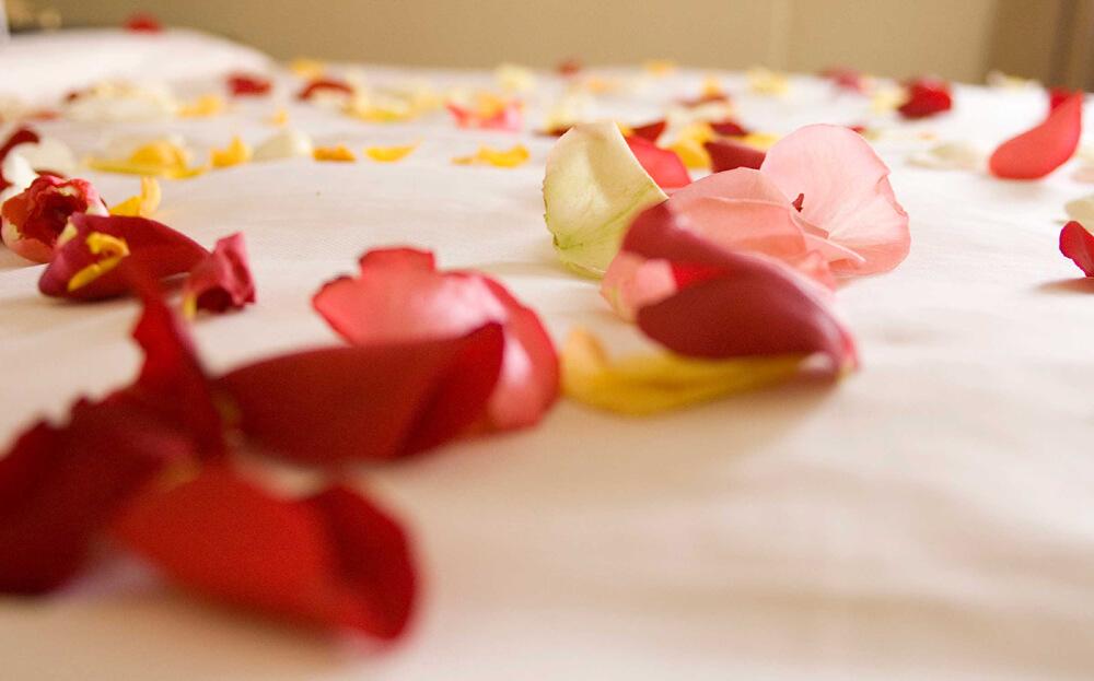 пелюстки троянд для інтимної атмосфери